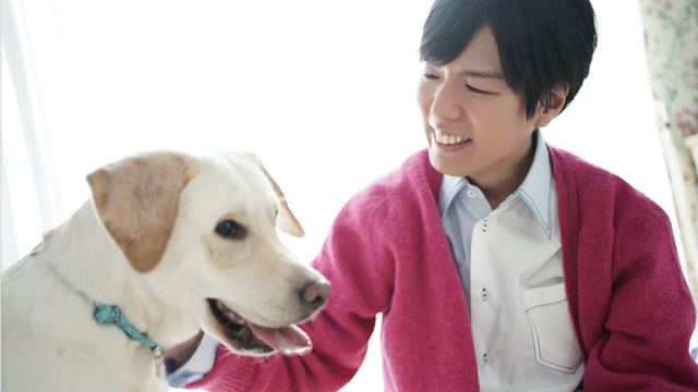 神谷浩史さんが「月刊TVガイド」に登場!ラブラドールレトリバーとの仲良しショットも公開