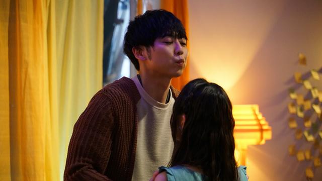 梶裕貴さん主演ドラマ『ぴぷる』劇中ショット公開!摘木がAI・ぴぷるにキスをしようとするシーンなど