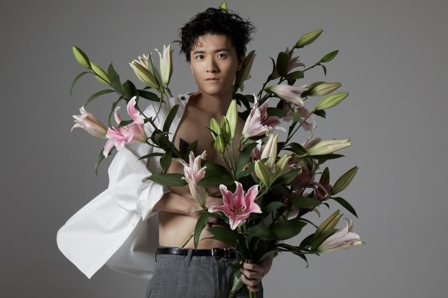 畠中祐さん&世界的写真家レスリー・キーさんが初セッション!肉体美と美しい花が魅力的な撮り下ろし公開