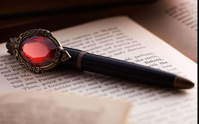 「ツイステ」魔法アイテム「マジカルペン」を再現した万年筆が販売決定!ハーツラビュル寮デザインのサンプル公開