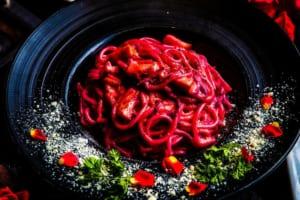 ホエー豚ベーコンとビーツのスパゲッティカルボナーラ
