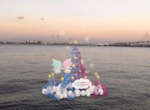 キキ&ララ「TWINKLE COLOR CHRISTMASA RT REE」海に浮かぶキキ&ララARツリー