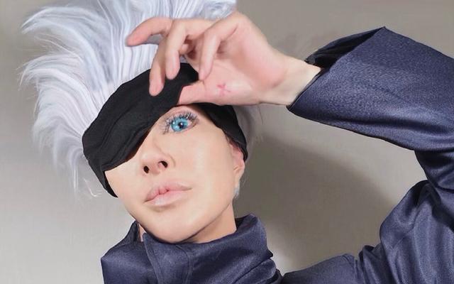 """叶姉妹・恭子さんが「呪術廻戦」五条悟のコスプレを披露!目隠しを外した""""あのイケメン顔""""を完全再現!"""