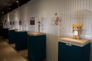 「Netflixオリジナルシリーズ「リラックマとカオルさん展」撮影に使用した本物の人形やセット