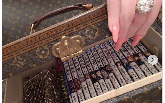 叶姉妹・美香さんの「呪術廻戦」専用本箱が豪華すぎ!推しはナナミンこと七海健人のご様子