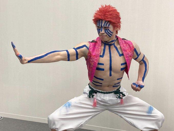 小島よしおさんが「鬼滅の刃」猗窩座のコスプレを披露!自慢の筋肉でキャラの肉体美を完全再現