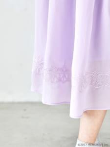 earth music&ecology Japan Label ×「MakeS -おはよう、私のセイ-」第2弾「MakeS 刺繍 ジョーゼット ワンピース」モデル着用写真 裾