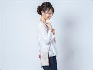 「刀剣乱舞-ONLINE-」×日本の織物 スマホポシェット 亀甲貞宗モデル 使用イメージ