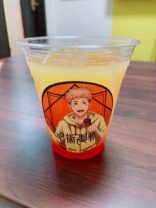 「呪術廻戦×まねきねこコラボ」コラボドリンク・虎杖悠仁ストロベリーオレンジジュース