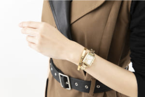 「文豪ストレイドッグス」×「EMooooN」ブレスレット付き腕時計 太宰治モデル 着用イメージ