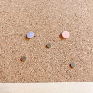 「缶バッジ飾ってみた コルクボード編」画鋲とマグネット