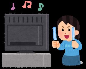 テレビの前でペンライトを振る人のイラスト