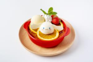 「サンリオ」×「EGG & SPUMA」コラボカフェ シナモロールのフルーツたっぷりの濃厚クレームブリュレ