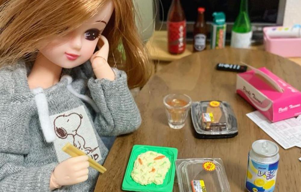 「現実を生きるリカちゃん」インスタに共感の嵐!お惣菜で晩酌する姿に「リアルすぎる」の声