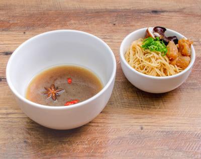 「セガコラボカフェ 薬屋のひとりごと」猫猫も表情とろける究極のスープ麺