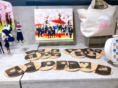 「アニメ 呪術廻戦展」グッズ展示:キャンバスアート・トレーディングコルクコースター