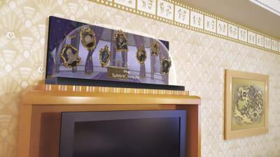 「ディズニーツイステッドワンダーランド」ディズニーアンバサダーホテルスペシャルルーム:テレビ台