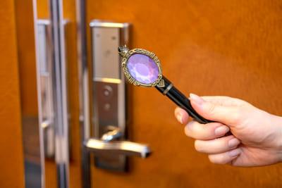 「ディズニーツイステッドワンダーランド」ディズニーアンバサダーホテルスペシャルルーム:スペシャルルームキーで世界へ飛び込もう!