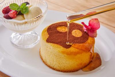 TVアニメ「SHAMAN KING」× Chugai Grace Cafe ファウストⅧ世とエリザのホットケーキ(シロップをかけている写真)