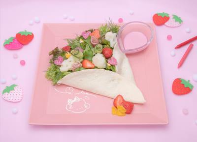 「こぎみゅん初恋カフェ」心をこめておつつみするみゅん‥♡いちごのブーケサラダ