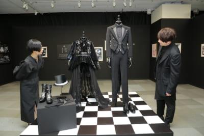 「黒執事展-Rich Black-」会場見学する小野大輔さんと坂本真綾さん