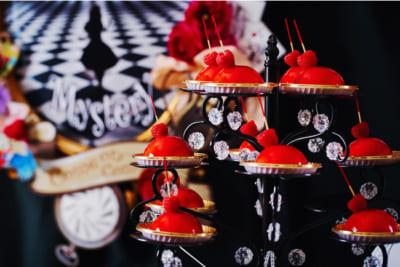 「アリス in トリックミステリー ~不思議の国のスイーツティーパーティー~」ハートの女王の赤いムースケーキ