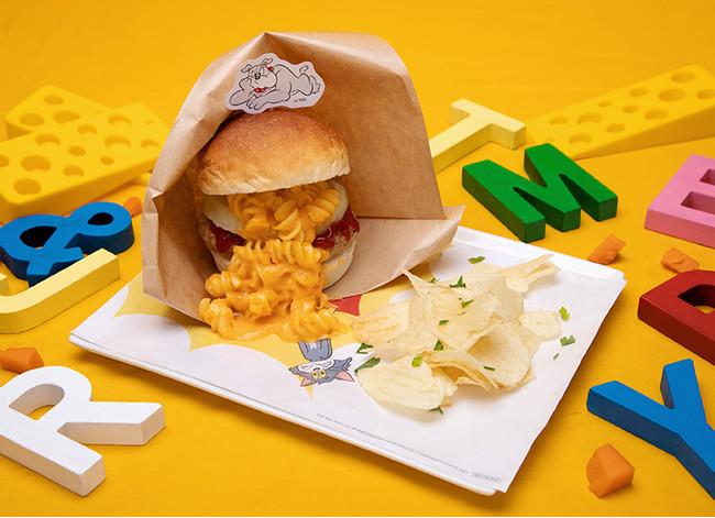 「トムとジェリー」カフェBOOM!マカロニ&チーズバーガー