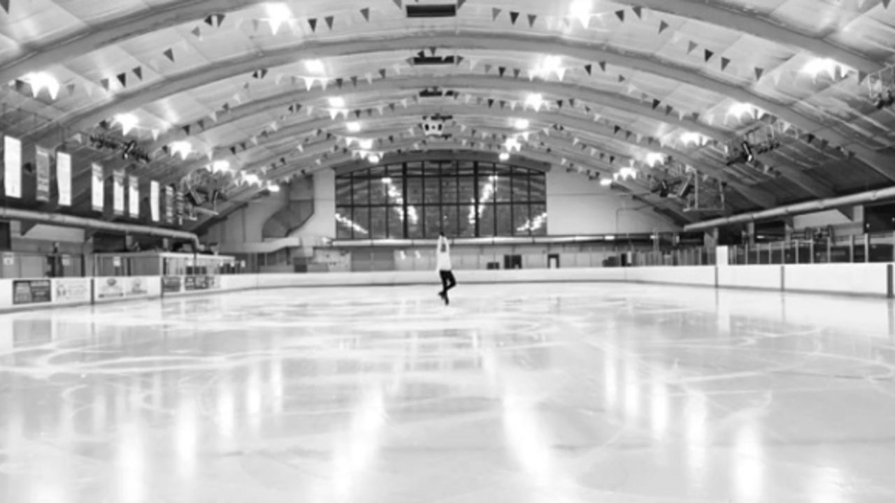 『ユーリ!!! on ICE』ファンの元フィギュアスケート選手ジョニー・ウィアーさんがユリオの「愛について~Agape~」を滑る動画を公開!