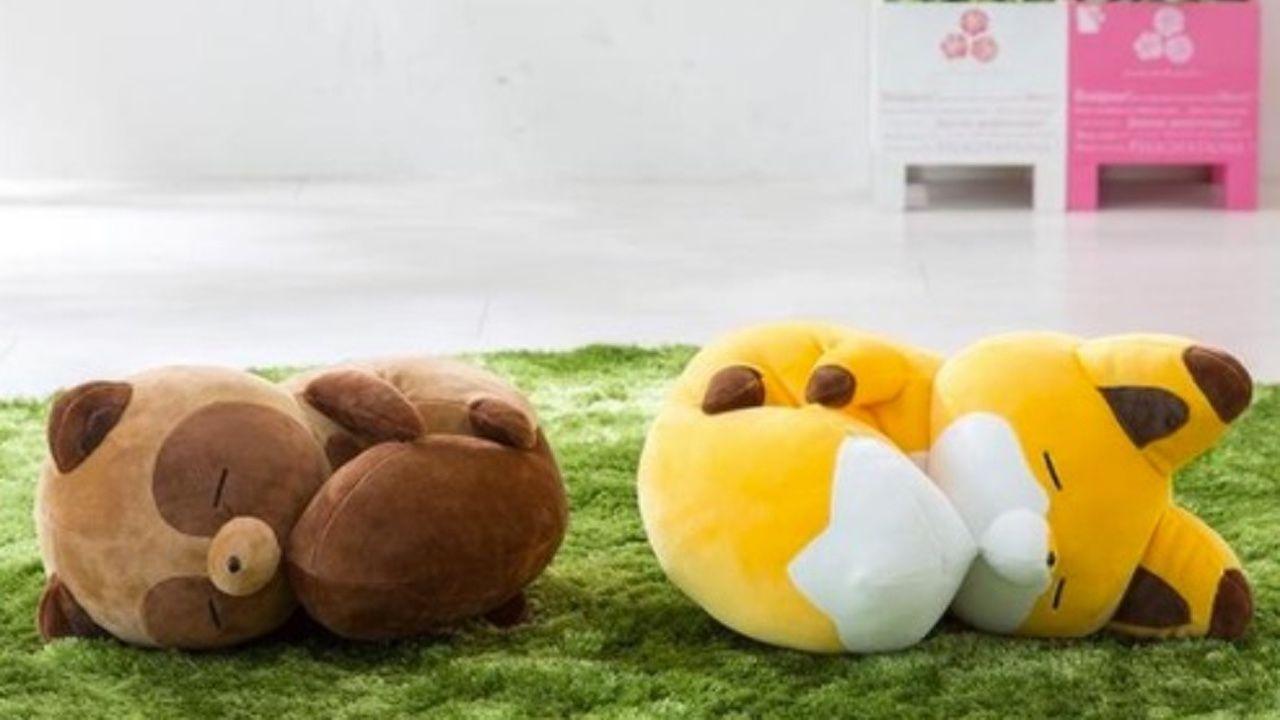 短い足があいくるしすぎる!!『タヌキとキツネ』しっぽを抱えたお昼寝中のぬいぐるみが登場!