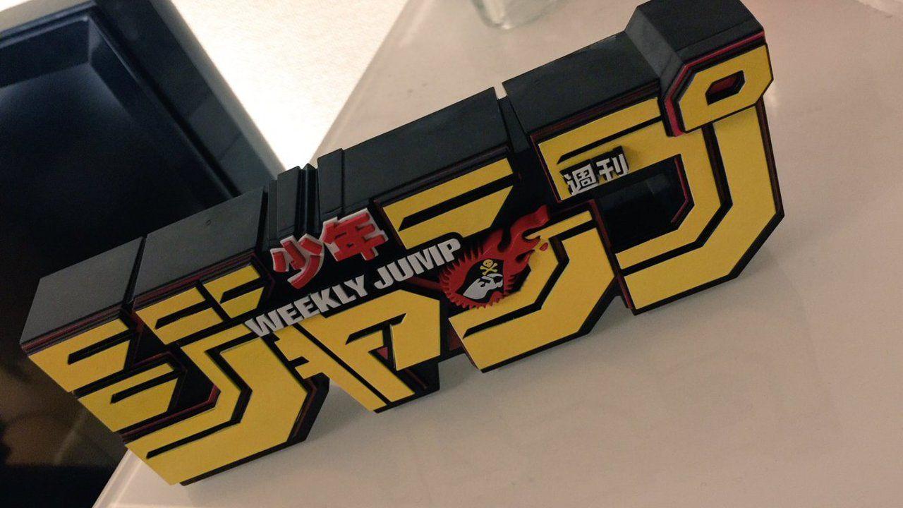 『斉木楠雄のΨ難』原作者・麻生周一先生がクレーンゲームで取った「なにこれ?」なジャンプのロゴフィギュアが話題に!