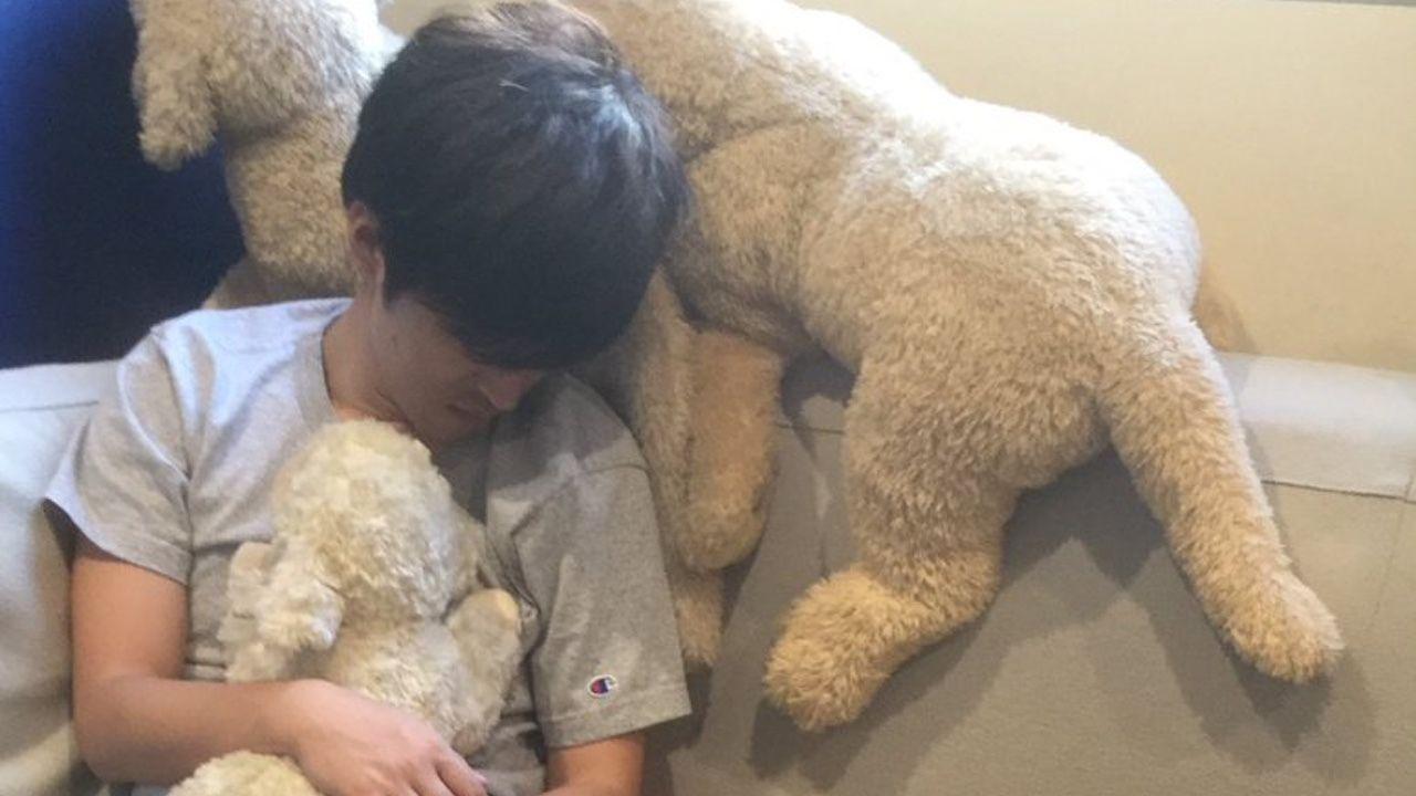 櫻井孝宏さんがぬいぐるみを抱きしめて眠る激レア写真が公開!中田譲治さん「しぃー、みんな静かに!」
