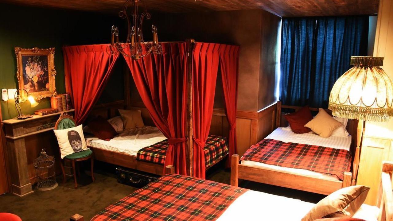 『ハリポタ』魔法学校風のホテルが楽しそう!シャンデリアやフクロウなど今にも魔法がかかりそうな非現実空間